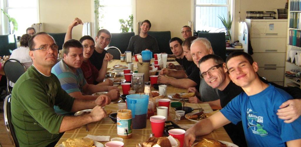 Un groupe d'étudiants au repas.